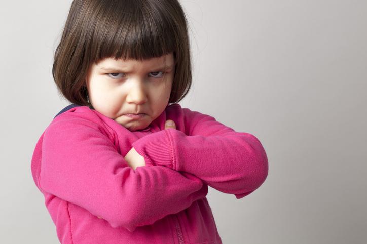 Petite fille fâchée après une dispute entre les enfants
