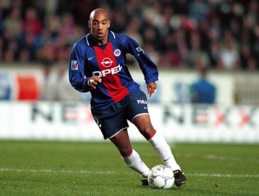 Présenté comme un des plus grands espoirs du football français à la fin des années 90, Stéphane Dalmat aurait probablement connu l'Equipe de France s'il n'avait pas quitté précipitamment Lens pour l'OM puis pour le PSG.