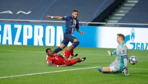 Lancé par Mbappé, Neymar s'est heurté à Neuer en début de match