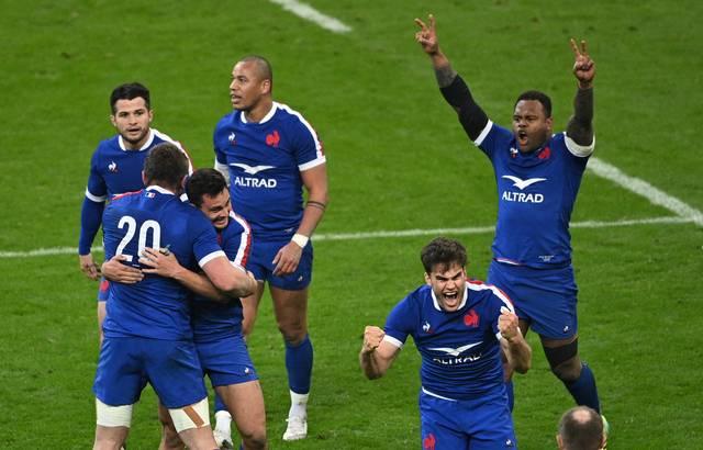 La joie du XV de France après sa victoire au finish contre le Pays de Galles