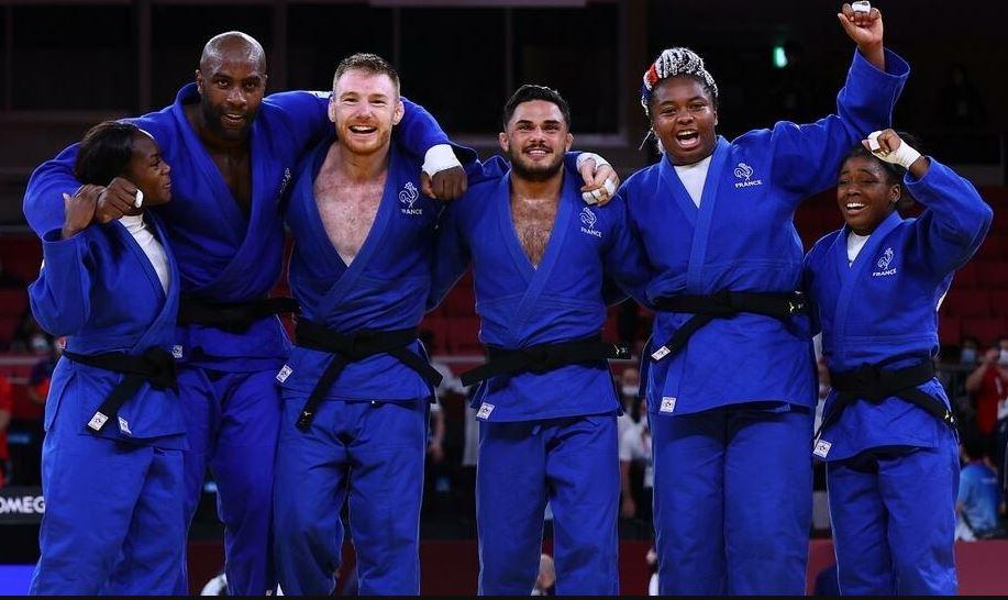 Emmenés par Clarisse Agbegnenou et Teddy Riner, les judokas français décrochent la médaille d'or par équipe