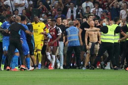 Le match Nice-Marseille a été interrompu hier suite à l'envahissement du terrain par des supporters niçois.