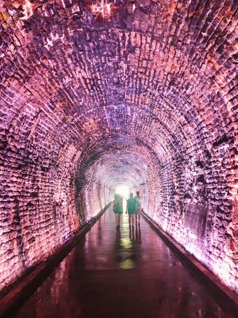 Marcher dans le tunnel ferroviaire de Brockville