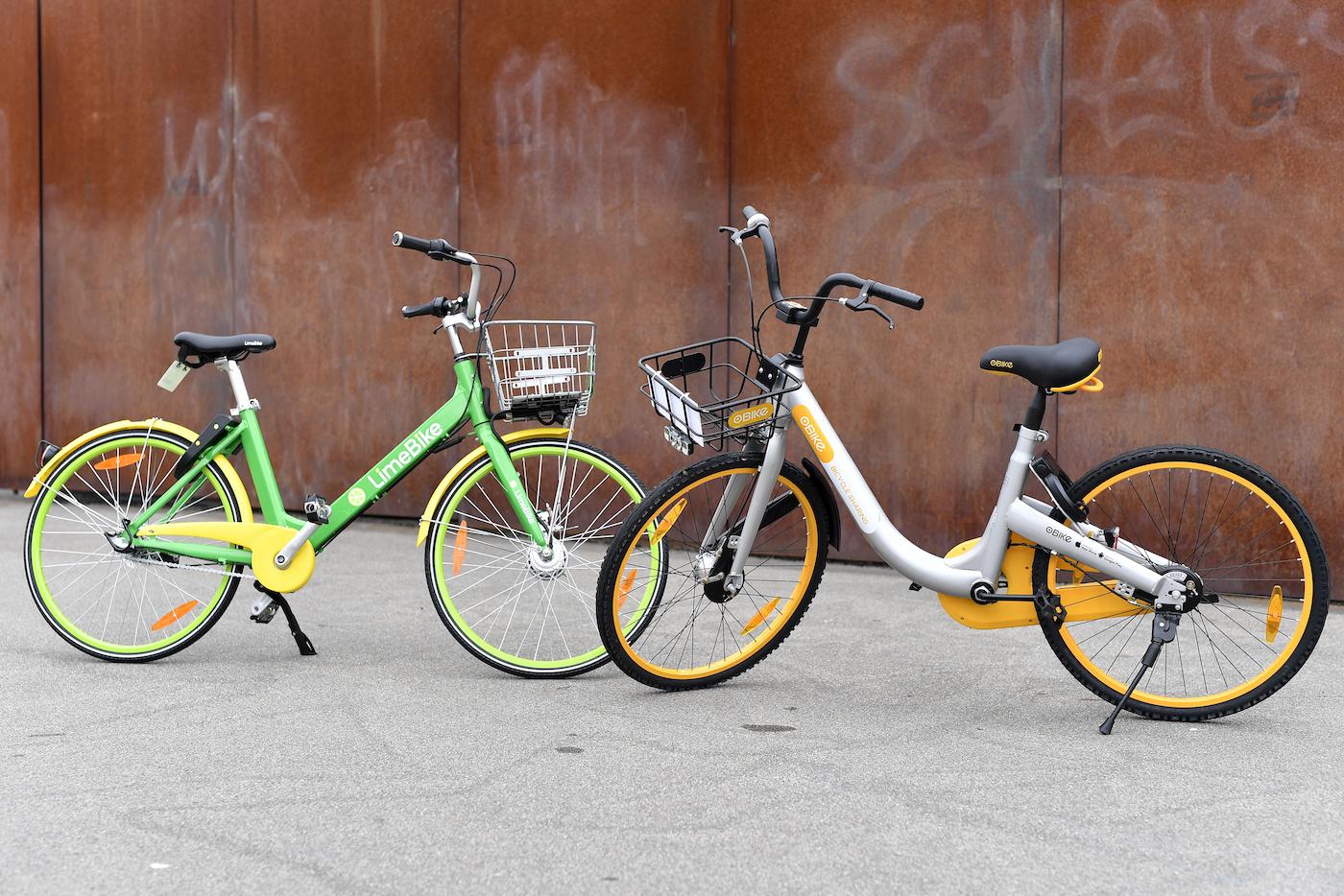 Le LimeBike (a sx) e le O-Bike sono già disponibili in varie città svizzere. (Keystone)