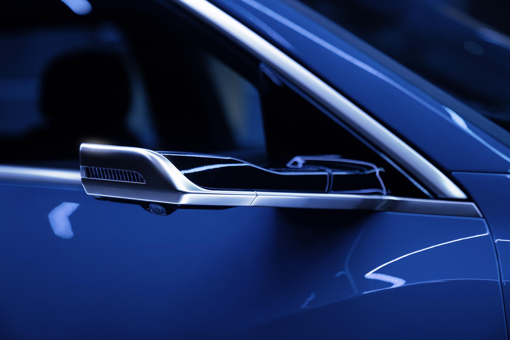 La raffinata aerodinamica comprende gli specchietti esterni virtuali, disponibili in opzione.