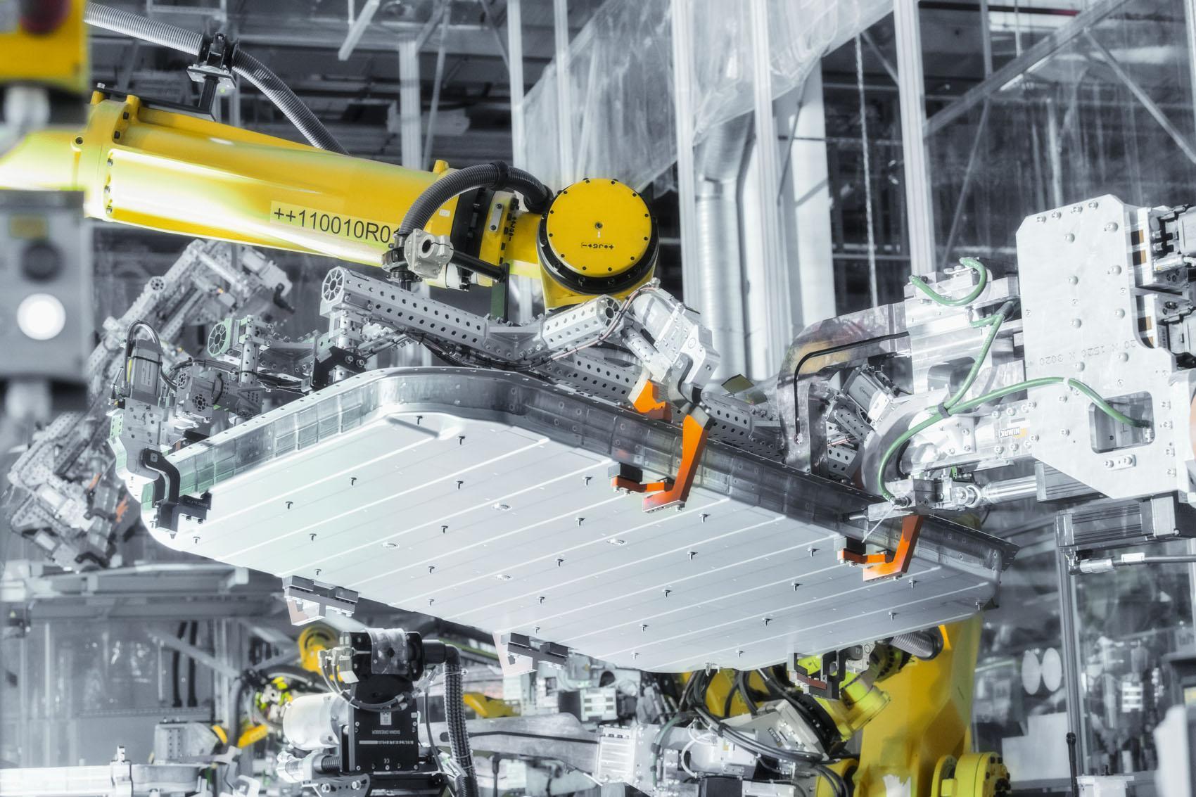 Parte inferiore della carrozzeria: La potente batteria del peso di 700 chilogrammi ha bisogno di una sede ultrasicura. (Stefan Warter)