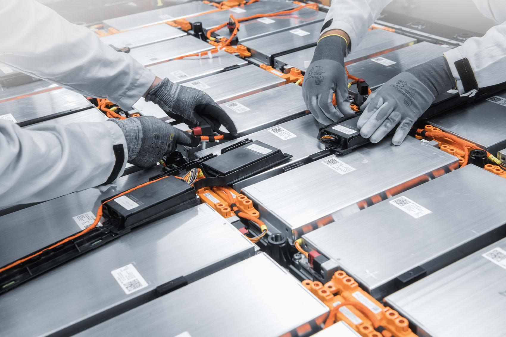 Handarbeit: Die Kabelverbindungen mit den E-Motoren werden von Menschen eingesetzt.