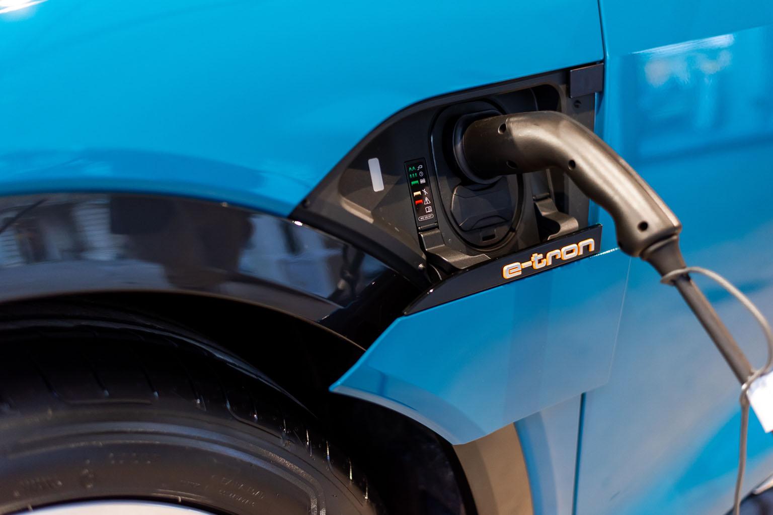 Der Audi e-tron kann diese Ladeklappen wie von Geisterhand schliessen. (Tom Lüthi)