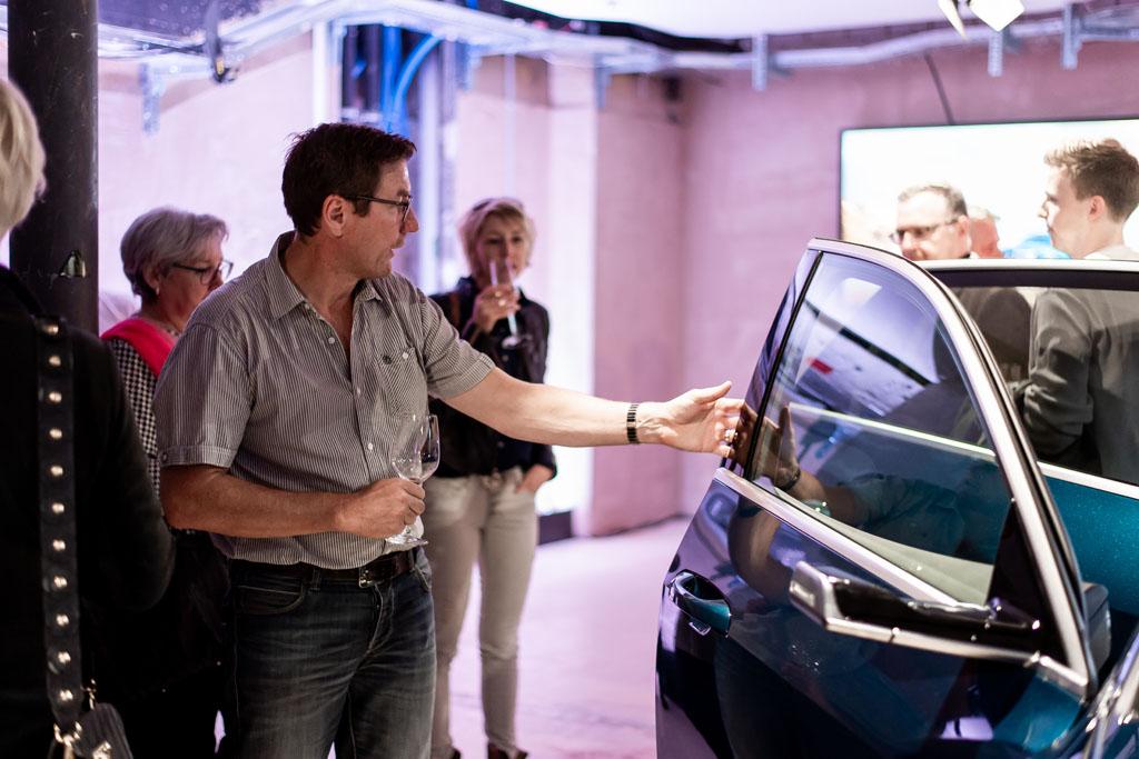 I visitatori possono provare la seduta nell'Audi e-tron. (Tom Lüthi)