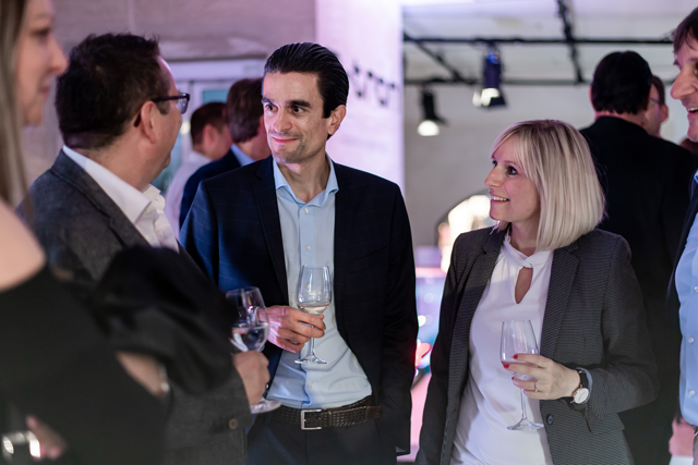 e-tron-Vorbesteller Stephan Bachmann mit Marketingleiter Audi Livio Piatti und Digital Manager Audi Franziska Schmidt. (Tom Lüthi)