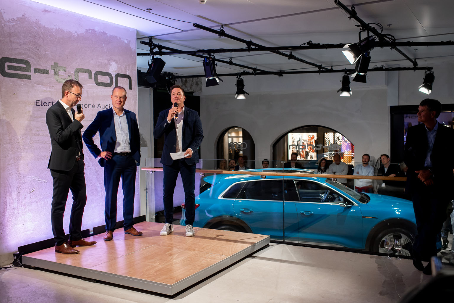 Der Schweizer Audi-Markenchef Dieter Jermann, Audi-e-tron-Chef Jens van Eikels und Moderator Sven Epiney (von links). (Tom Lüthi)