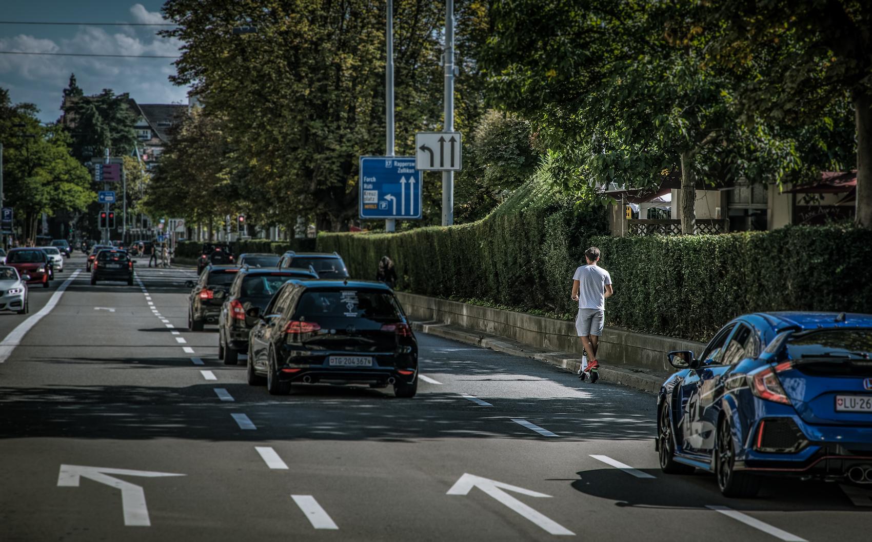 Ein E-Trottinett-Fahrer im Zürcher Strassenverkehr. (Philippe Rossier)