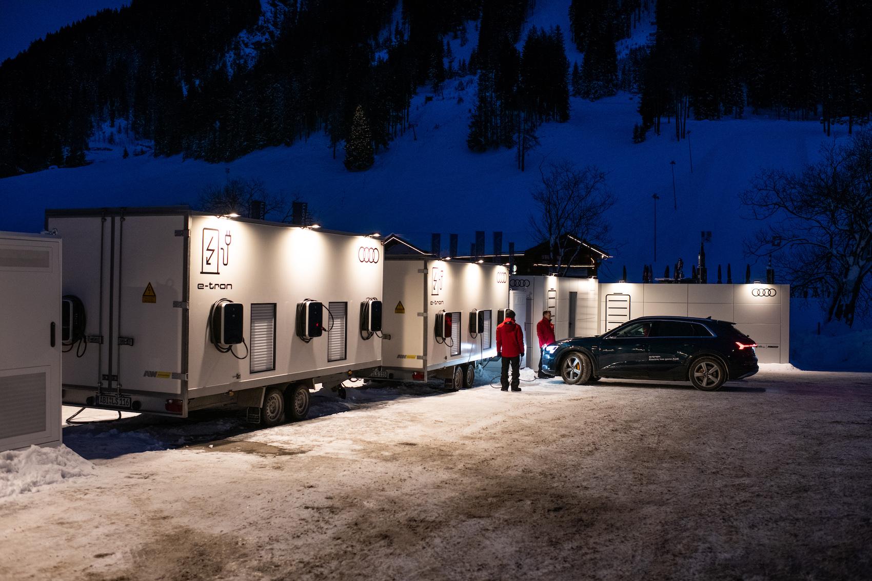 Le Audi e-tron si ricaricano di energia alla piattaforma realizzata presso la stazione a valle della Jakobshornbahn di Davos. (Foto: Adrian Bretscher)