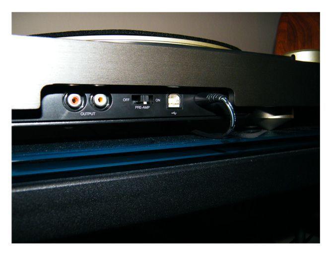 Entre los terminales de conexión encontramos un puerto USB y un conmutador para activar o desactivar el previo de phono