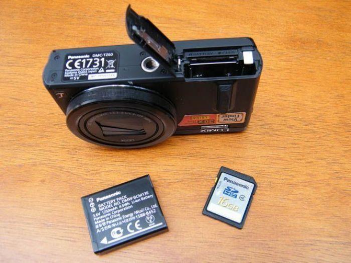 Panasonic LUMIX DMC-TZ60. Habitáculo para batería y tarjeta de memoria. Foto de Xavier Sastre Silvestre