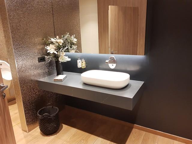 Die modernen Toiletten in der Star Alliance Lounge Rom