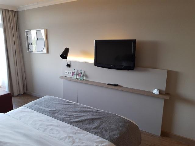 Zimmer im Crowne Plaza Frankfurt mit extra Wasser