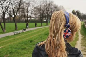 девушка в наушниках в парке
