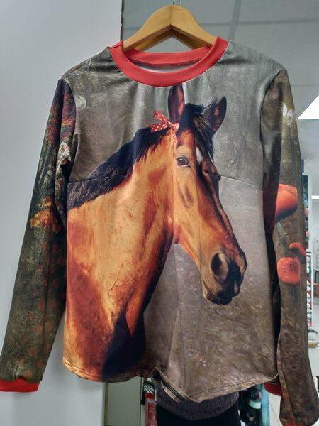 t-shirt cheval marron et rouge devant