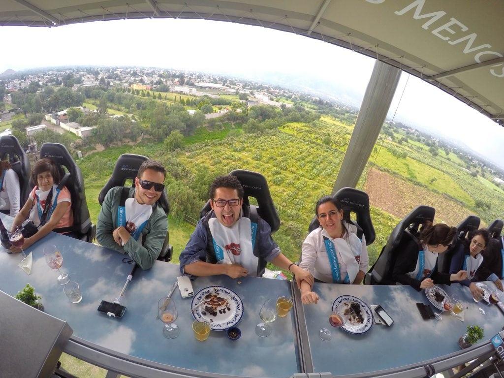 cenar en las alturas  restaurante en las alturas  cenar en el cielo  Dinners in the sky  Dónde hay un restaurante en las alturas