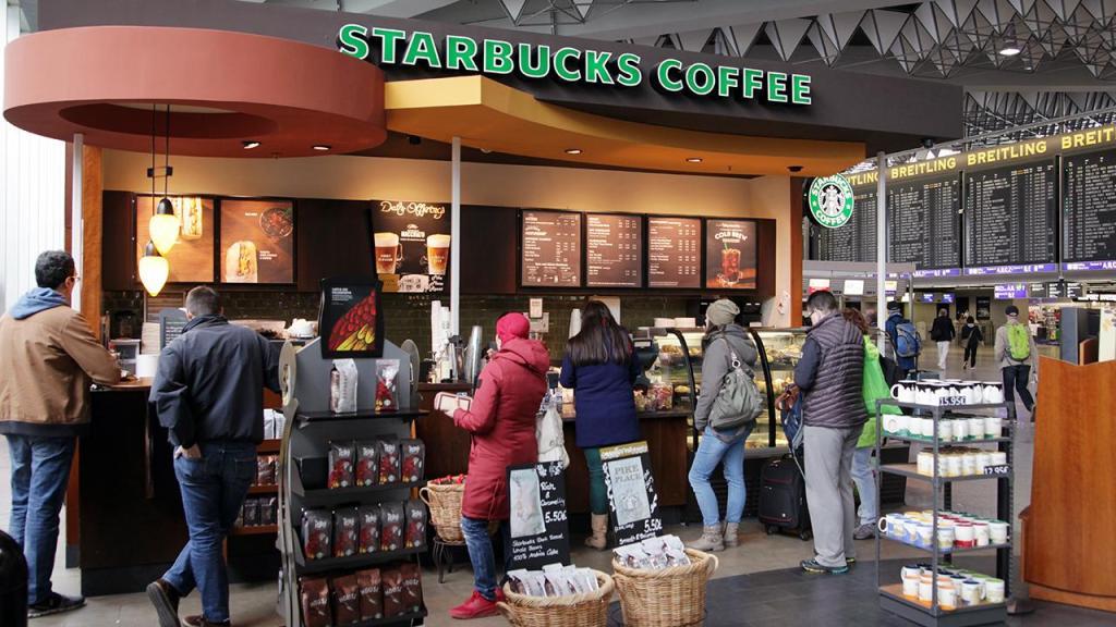 """La cadena pondrá a la venta un sándwich con carne fabricada por Beyond Meat y los clientes de Starbucks en Canadá próximamente podrán acompañar sus lattes con """"carne falsa""""."""