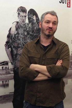 Peter Freitag vor großer Plakatwand, Atelier Peter Freitag © Foto von Anna-Maria Weber 2013