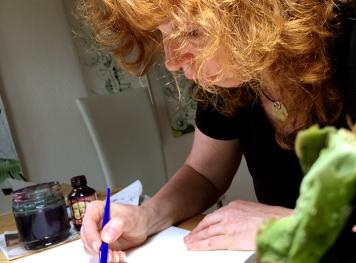 susanne-haun-zeichnend-video-still-von-anna-maria-weber-2016