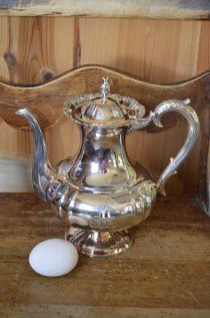 Hopeinen kahvikannu, leimattua hopeaa - mutta leima niin vaikeassa paikassa että leimoja ei pysty lukemaan. Paino 278 gr