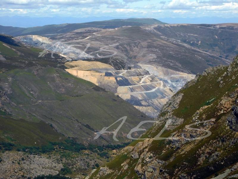Detalle de la mina de pizarra de la Baña vista desde lo alto del circo de la Baña (portilla de Morena Cavada)