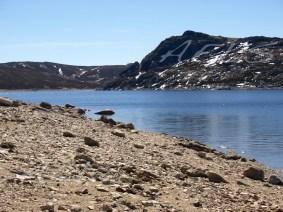 Detalle de la banda árida del embalse a pie del agua, con el alto del Castillón al fondo. 2 de abril de 2008