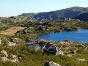 Nivel de estiaje en la turbera (izqda.) y en la laguna el 5 de octubre de 2017