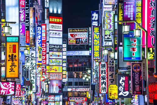 Imagine você no Japão podendo ler todas estas placas. Créditos da imagem: Sean Pavone / Shutterstock.com