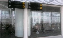 Petunjuk arah bagi penumpang saat turun dari pesawat di Bandara Kualanamu