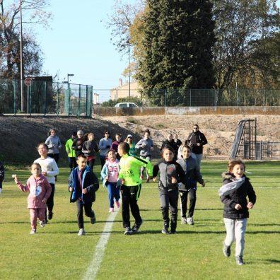 Des enfants et des parents à la course.