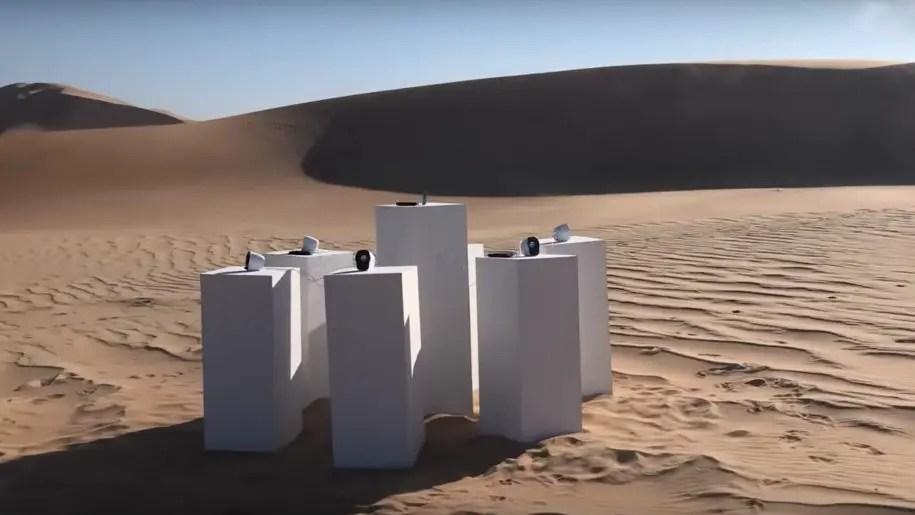 """L'installazione che suona Africa dei Toto """"in eterno"""" nel deserto"""