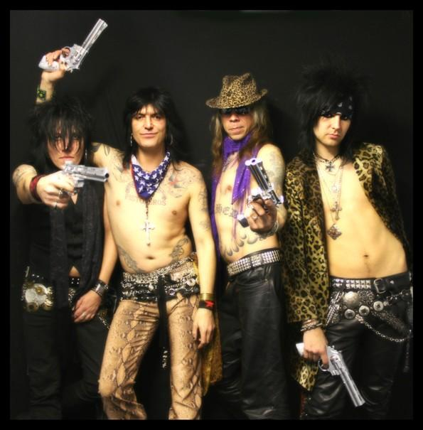 Gypsy Pistoleros posando