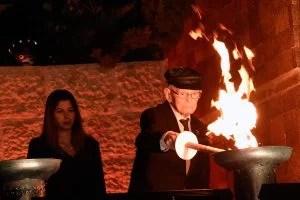 El sobreviviente del Holocausto Moshe Ha Elion enciende una antorcha Foto: Yad Vashem-Museo del Holocausto