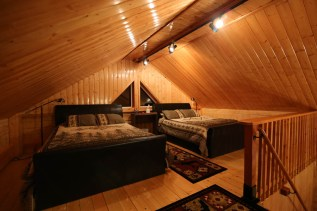 Loft with 2 Queen Beds