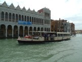 In Venedig fährt man Vaporetto. Oder Gondel