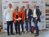 Die Siegerinnen der Veranstaltung: Karin Schrettl & Gabi Foidl mit den drei Juroren