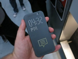 HTC Dot View cover in action