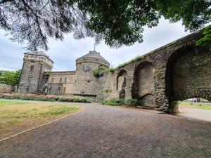 Burgruine mit Schloßgarten