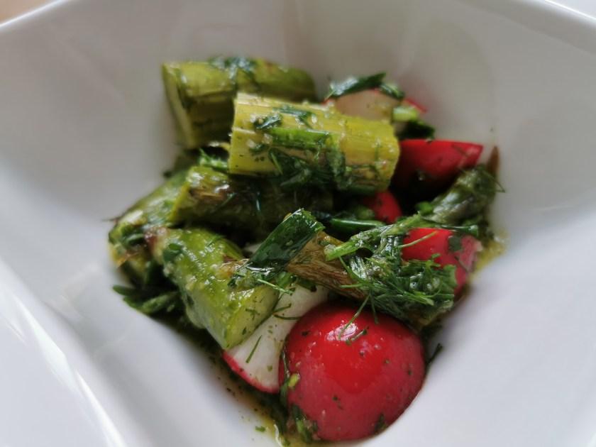 Sałatka ze szparagów i rzodkiewki