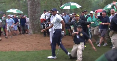 Security guard trips up Tiger Woods during Masters round