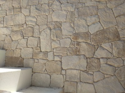 white irregular sandstone wall cladding seen in a beautiful house near the ocean in Sydney