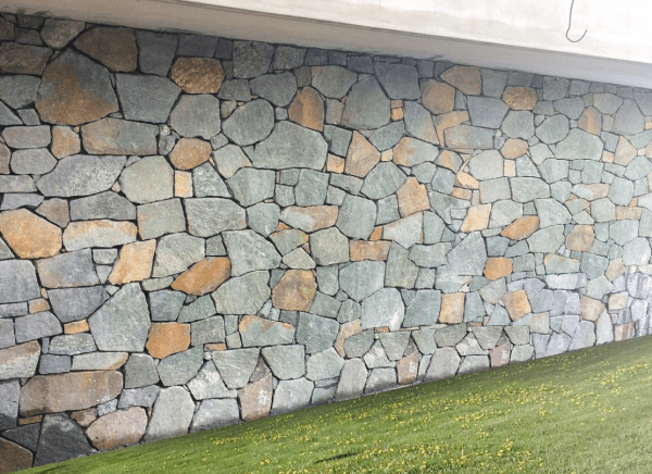 Atherton irregular walling stone used in an outdoor wall project