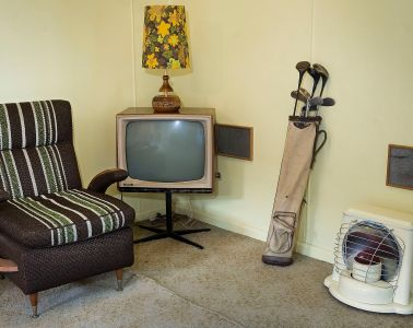 https://commons.wikimedia.org/wiki/File:TV_set,_Golf_clubs_and_other_furniture_in_a_beach_house,_Auckland_-_1022.jpg