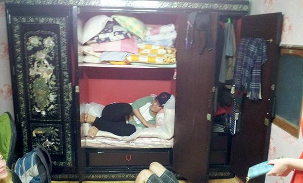 Peter sleeping in the Minbok Wardrobe