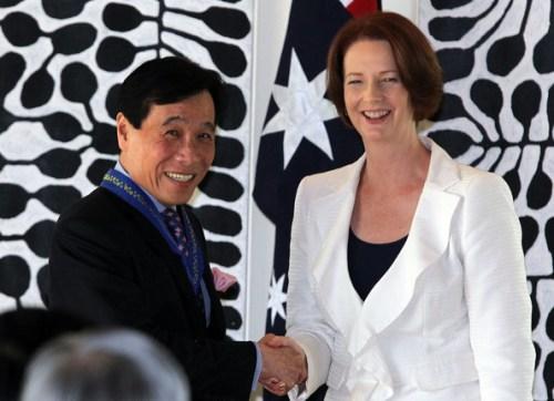 Gillard with Singaporian PM 20120423