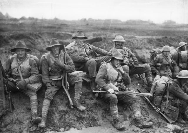 Diggers in 1916 on the way to the Somme